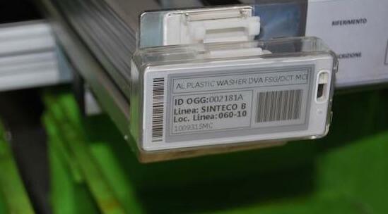 applicazione etichetta elettronica in linea di produzione