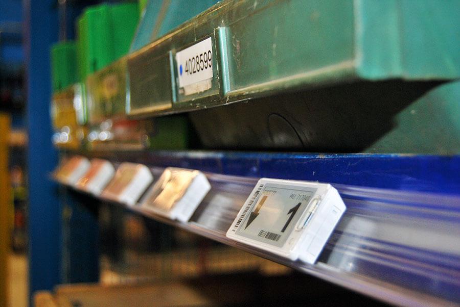 installazione etichette elettroniche cableless a scaffale con sistema di fissaggio